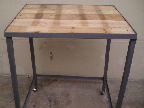 C`est une table (Avec du bois et fer)